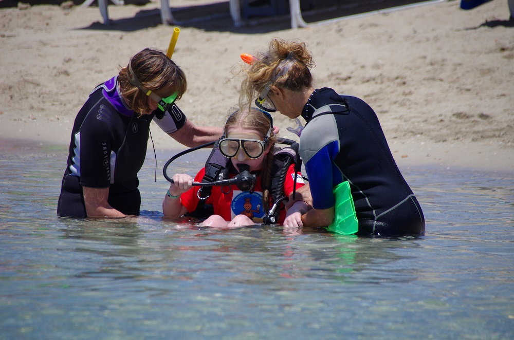 Picture of a pupil with instructors scuba diving