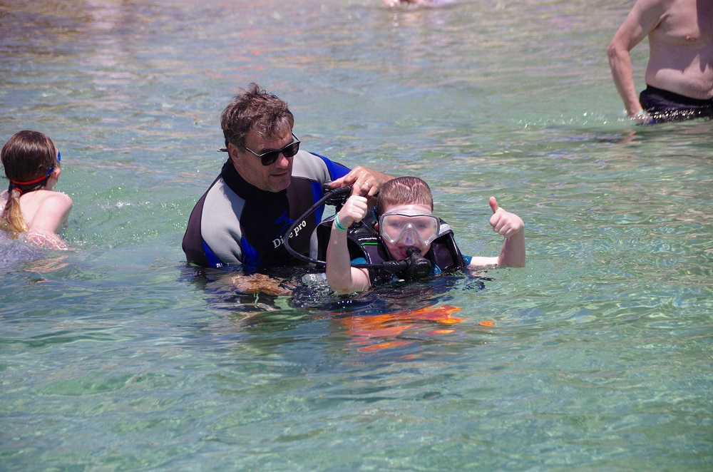 Picture of a pupil with an instructor scuba diving